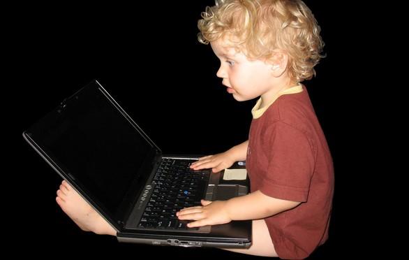 Menino usando computador