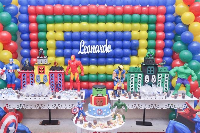 decoracao festa wolverine : decoracao festa wolverine:Os docinhos completaram a decoração. Aqui a mamãe Daniela preparou