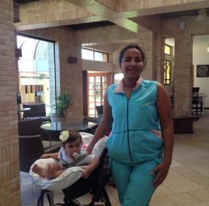 A babá Heloisa Pedra com a pequena Laura de 1 aninho
