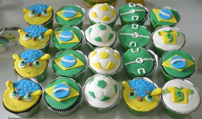 Cupcakes de chocolate com maracujá decorados com pasta americana