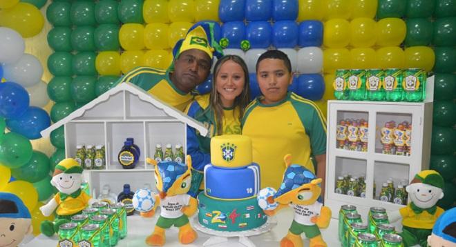 """O aniversariante Gabriel (último à direita) e convidados em clima de """"Vai Brasil"""""""