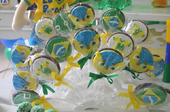 Pirulitos de chocolate com carinha do Fuleco, bandeira e camisa do Brasil
