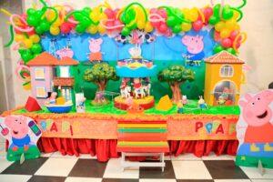 Mesa decorada com cenário da Peppa