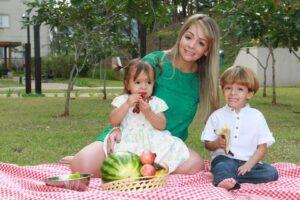 Carolina com os filhos Nina e Enzo