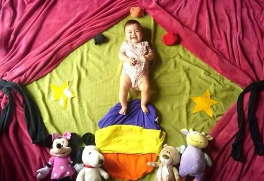 Mamãe cria cenários para fotografar bebê