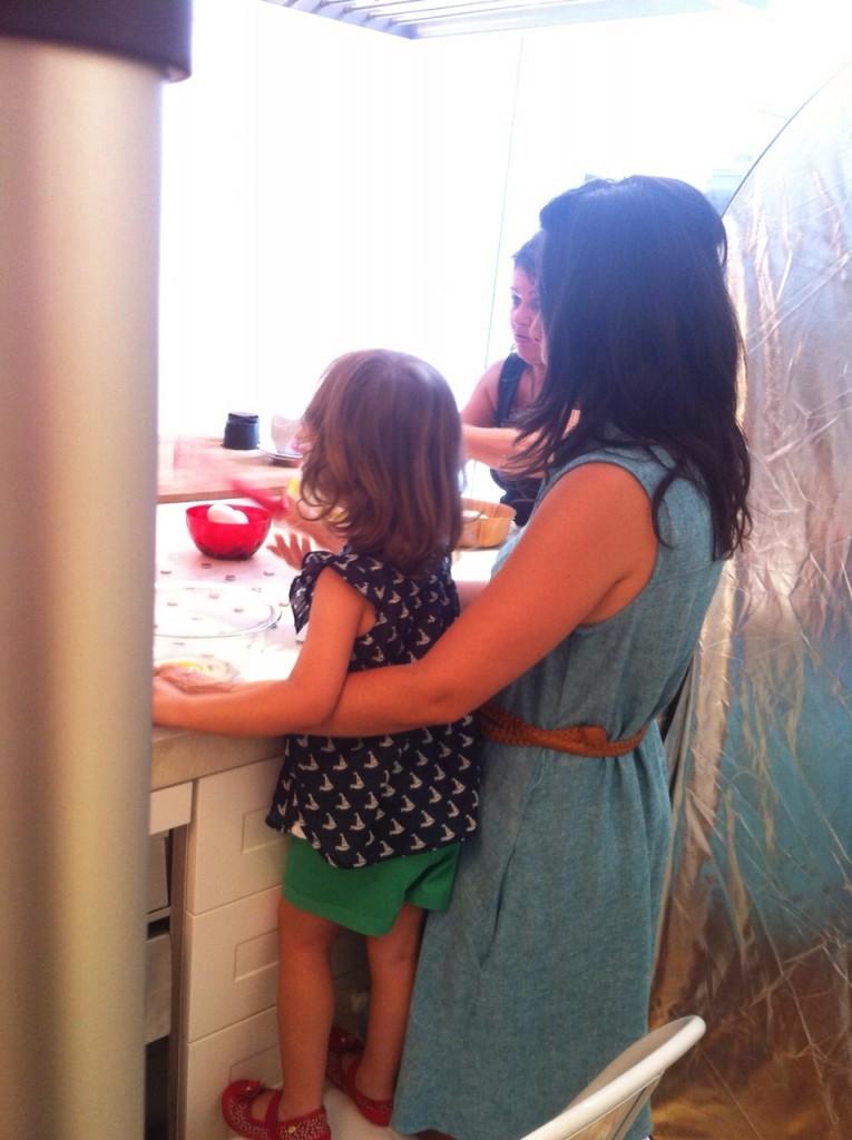 Usamos um banquinho pra Manu alcançar a mesa