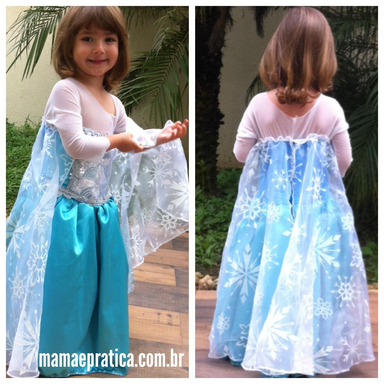 Manu mostrando a capa de seu vestido da Elsa