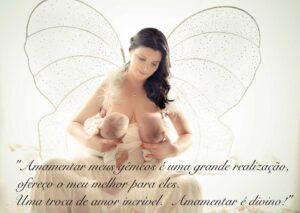 Mulher amamentando gêmeos