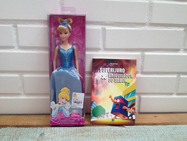 Boneca Cinderela e livro aniquilador do saber
