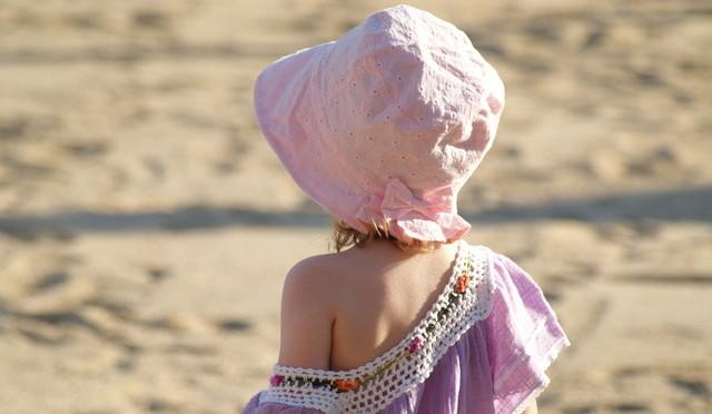 Criança pequena na praia