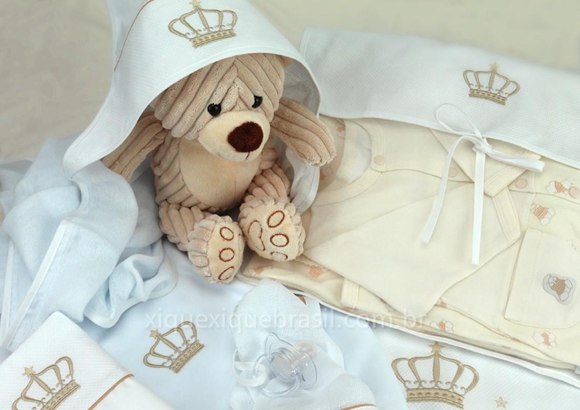 Enxoval de bebê em bege para o tema coroa