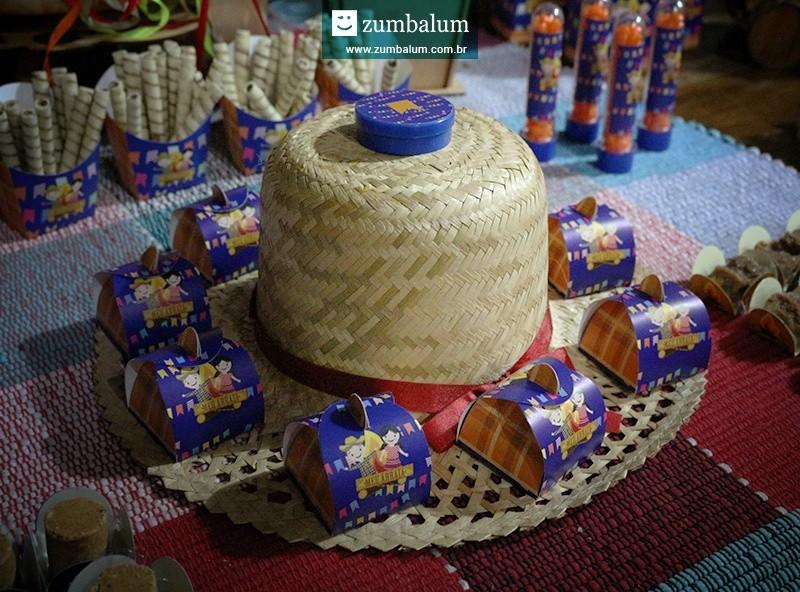 Chapéu de palha decorado com doces para festa junina infantil