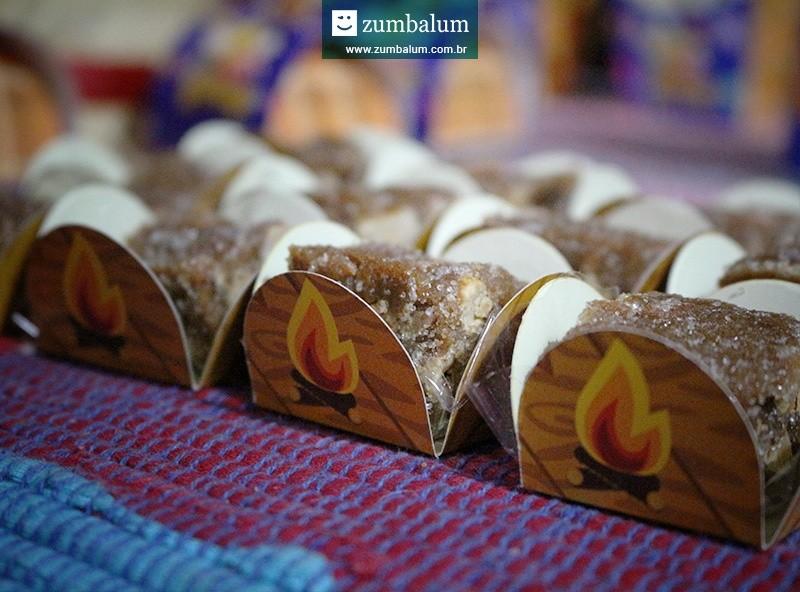 Docinhos decorados em forminhas para festa junina infantil