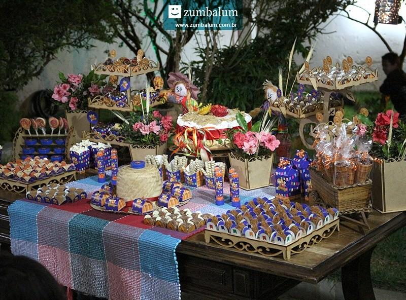 Mesa de doces com decoração para festa junina infantil